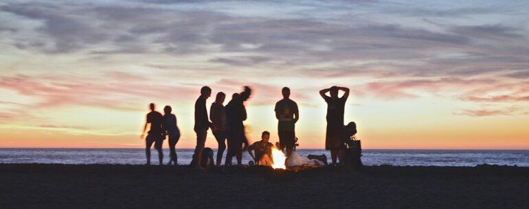 Des groupes des voyageurs qui s'amusent